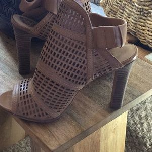 """Gorgeous Vince Camuto cut out Sandle  5"""" heel"""